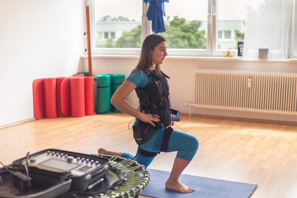 Frau trainiert mit EMS